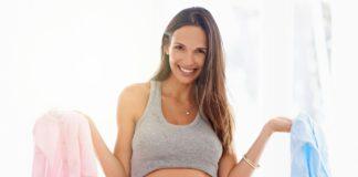 mulher grávida com roupinha azul e outra rosa